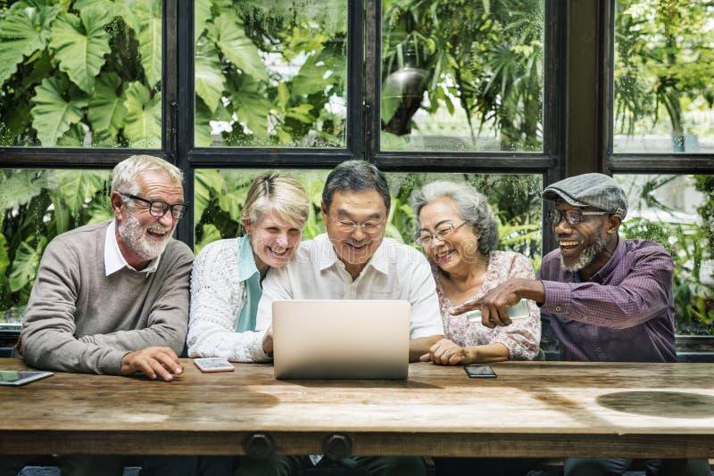 Η ομάδα ανώτερης αποχώρησης συναντά επάνω την έννοια ευτυχίας στοκ φωτογραφίες