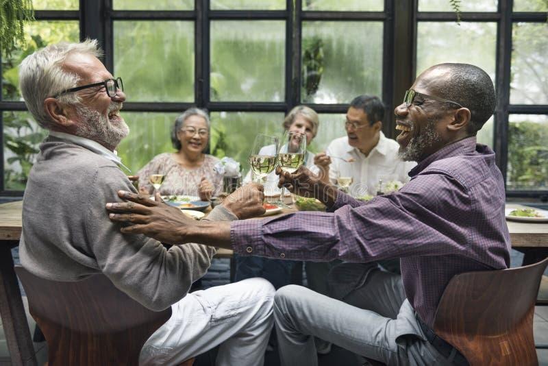 Η ομάδα ανώτερης αποχώρησης συναντά επάνω την έννοια ευτυχίας στοκ φωτογραφίες με δικαίωμα ελεύθερης χρήσης
