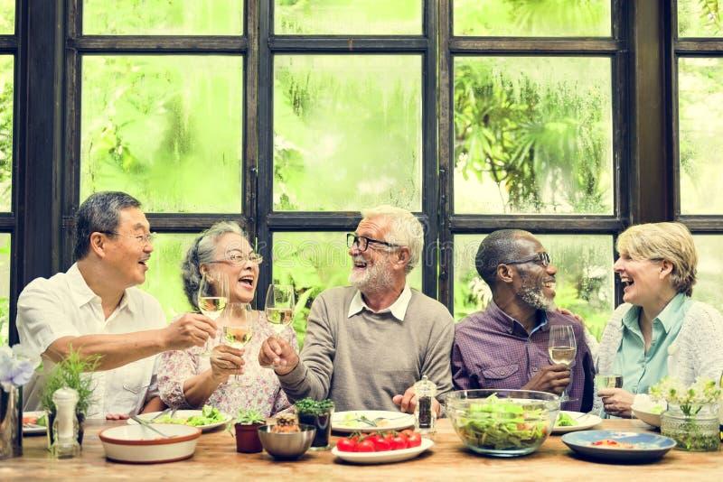 Η ομάδα ανώτερης αποχώρησης συναντά επάνω την έννοια ευτυχίας στοκ εικόνες