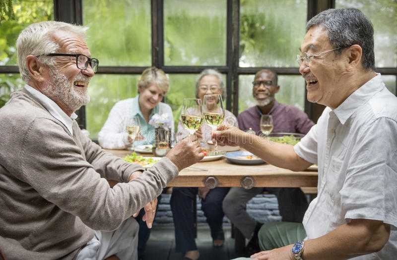 Η ομάδα ανώτερης αποχώρησης συναντά επάνω την έννοια ευτυχίας στοκ φωτογραφία με δικαίωμα ελεύθερης χρήσης