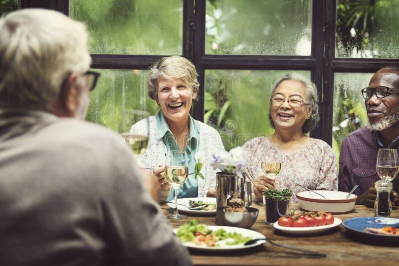 Η ομάδα ανώτερης αποχώρησης συναντά επάνω την έννοια ευτυχίας στοκ φωτογραφία