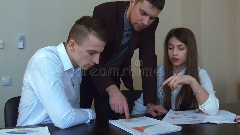 Η ομάδα επιχειρηματιών στέκεται γύρω από έναν πίνακα σε αργή κίνηση απόθεμα βίντεο