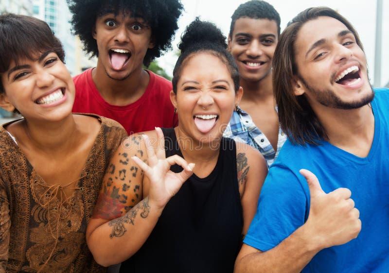 Η ομάδα ευτυχών πολυ εθνικών ανθρώπων hipster έχει ένα κόμμα στην πόλη στοκ εικόνα με δικαίωμα ελεύθερης χρήσης