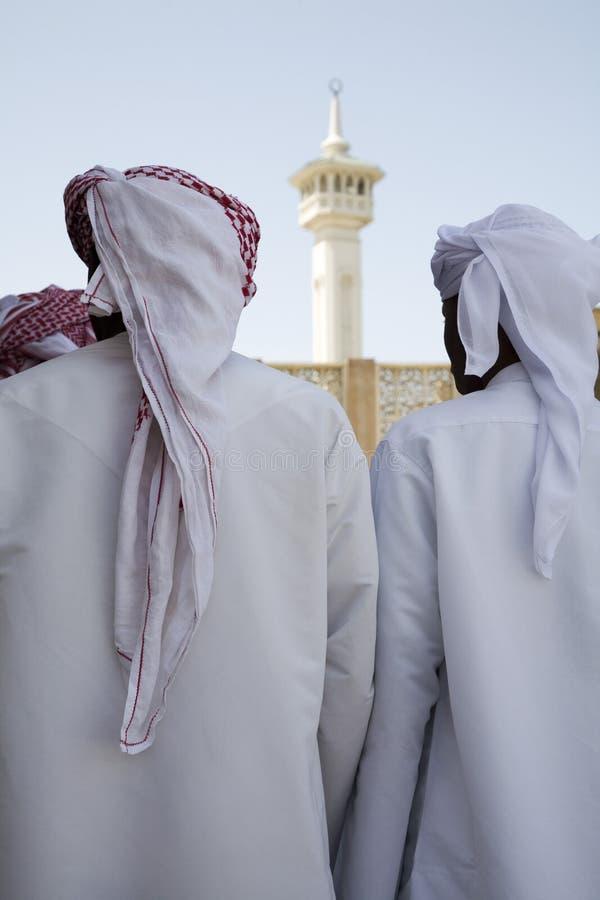 Η ομάδα Ε.Α.Ε. Ντουμπάι παραδοσιακά ντυμένων μουσουλμανικών ατόμων εκτελεί ένα τραγούδι για τους επισκέπτες στο Bastakia στοκ εικόνες