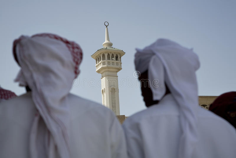 Η ομάδα Ε.Α.Ε. Ντουμπάι παραδοσιακά ντυμένων μουσουλμανικών ατόμων εκτελεί ένα τραγούδι για τους επισκέπτες στο Bastakia στοκ εικόνα με δικαίωμα ελεύθερης χρήσης