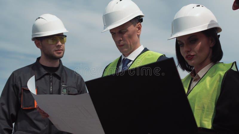 Η ομάδα μηχανικών ή οι τεχνικοί συζητά το σχεδιάγραμμα στοκ φωτογραφίες με δικαίωμα ελεύθερης χρήσης