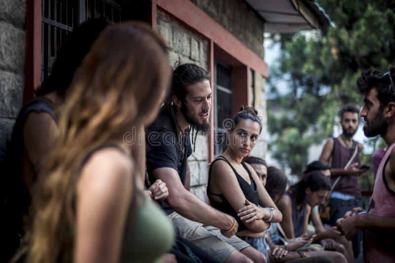 Η ομάδα περιστασιακών τουριστών παίρνει ένα σπάσιμο, απολαμβάνει και συζητά εκτός από μια ένωση καταφυγίων, Himachal Pradesh στοκ εικόνα