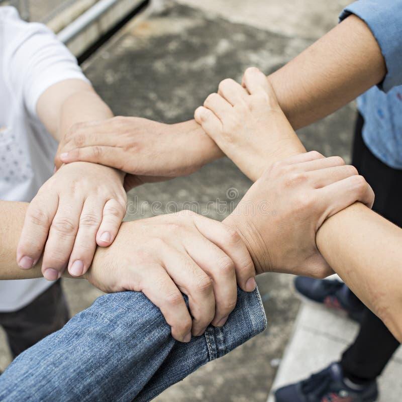 Η ομάδα φίλων με παραδίδει το σωρό, ομαδική εργασία στοκ εικόνα