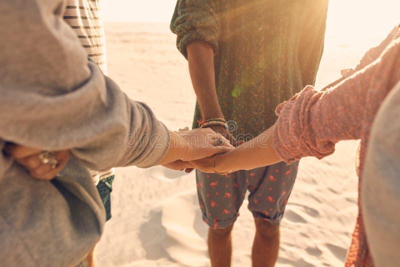 Η ομάδα φίλων συσσωρεύει τα χέρια τους από κοινού στοκ εικόνα με δικαίωμα ελεύθερης χρήσης