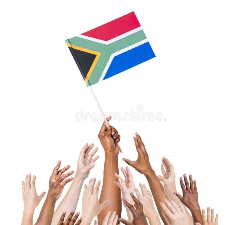 Η ομάδα χεριών φθάνει στη σημαία της Νότιας Αφρικής στοκ φωτογραφία