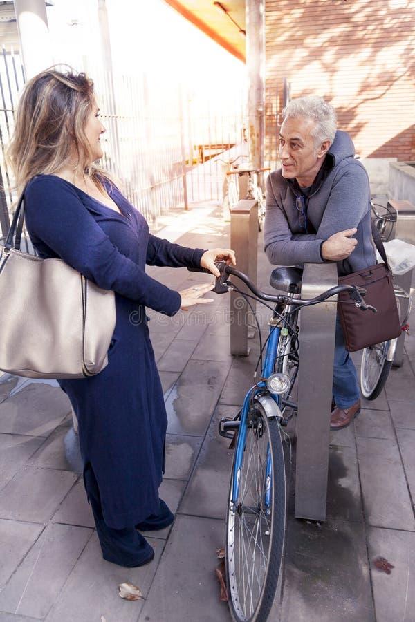 Η ομάδα ώριμων ανθρώπων σταθμεύει το ποδήλατο στοκ φωτογραφία με δικαίωμα ελεύθερης χρήσης