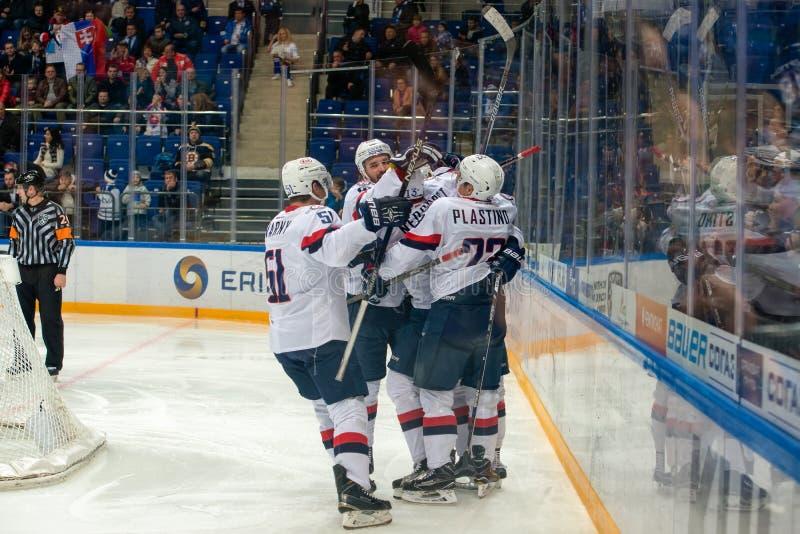 Η ομάδα Slovan χαίρεται στο παιχνίδι χόκεϋ στοκ εικόνες