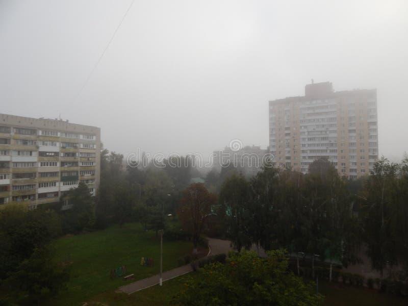 Η ομίχλη φθινοπώρου το πρωί είναι ανωτέρω στοκ εικόνα