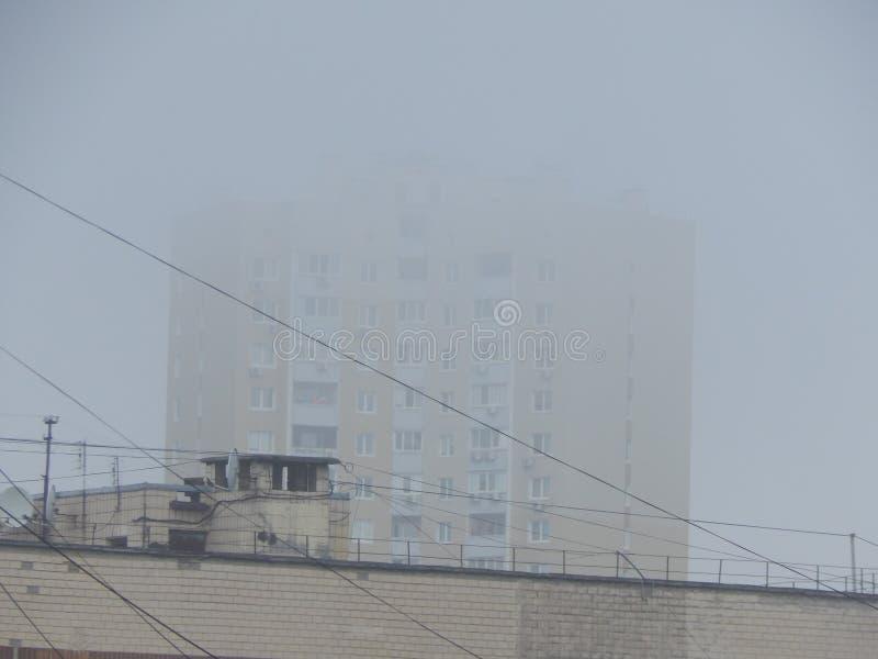 Η ομίχλη φθινοπώρου το πρωί είναι ανωτέρω στοκ φωτογραφία με δικαίωμα ελεύθερης χρήσης