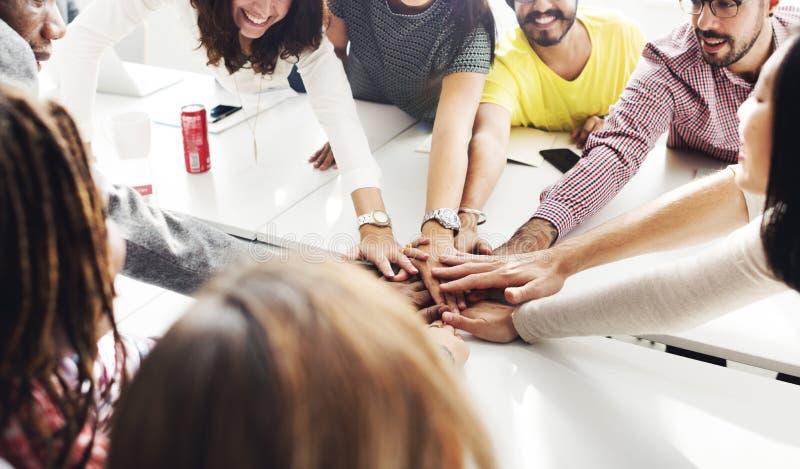 Η ομαδική εργασία ομάδας ενώνει την έννοια συνεργασίας χεριών στοκ εικόνα με δικαίωμα ελεύθερης χρήσης