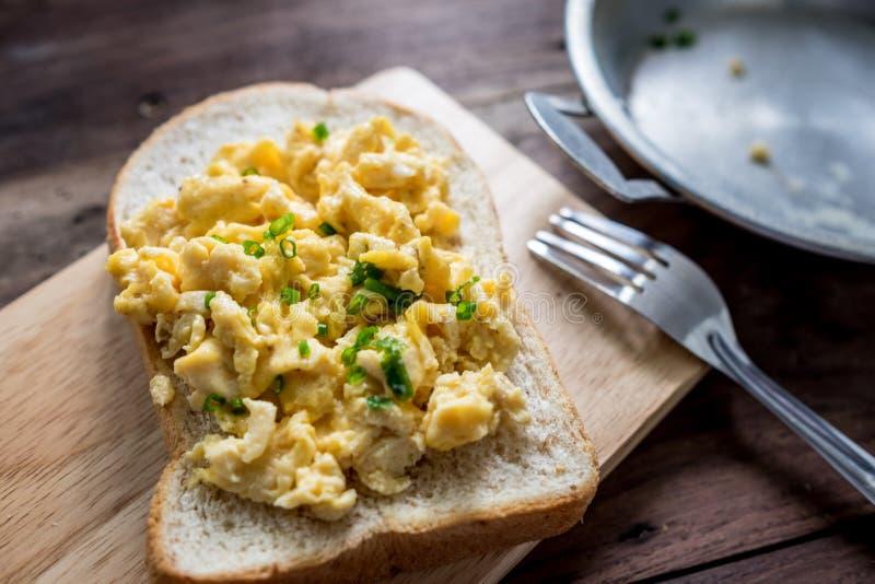 η ομελέτα αυγών ανασκόπησης ανακάτωσε το λευκό στοκ φωτογραφίες με δικαίωμα ελεύθερης χρήσης