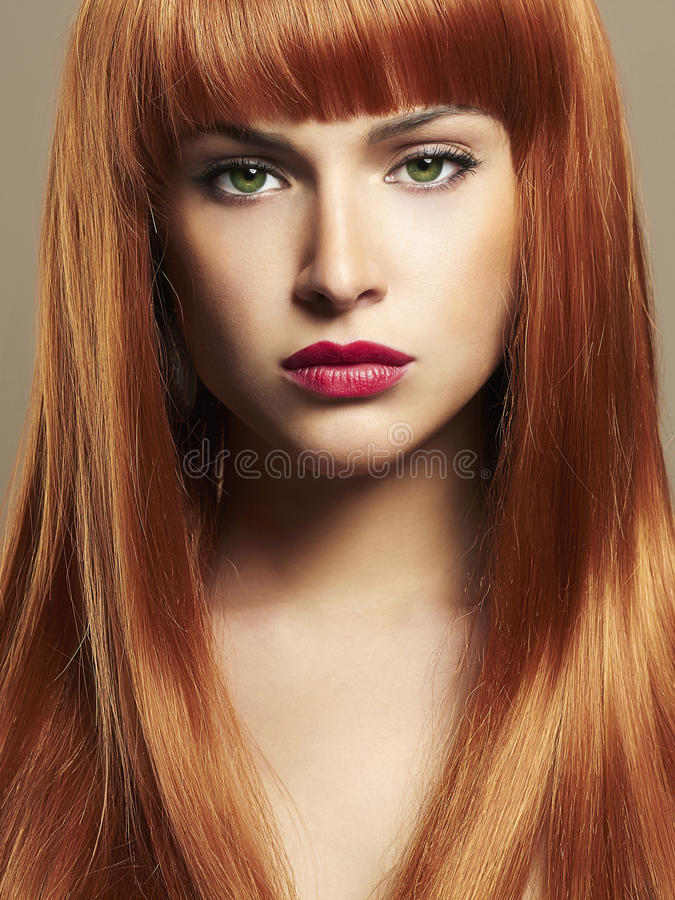 Η ομορφιά αποτελεί το πορτρέτο κοριτσιών Κόκκινο τρίχωμα στοκ εικόνες