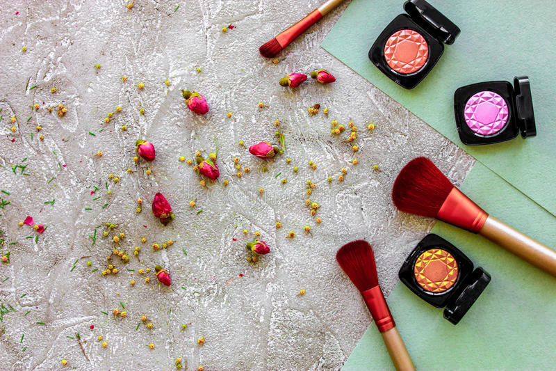 Η ομορφιά και η μόδα με τα διακοσμητικά καλλυντικά για αποτελούν στο τοπ σχέδιο άποψης επιτραπέζιου υποβάθρου πετρών στοκ εικόνα με δικαίωμα ελεύθερης χρήσης
