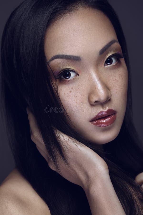 η ομορφιά καλύτερη μετατρέπει την ποιότητα κοριτσιών ακατέργαστη Πορτρέτο της όμορφης νέας γυναίκας που εξετάζει τη κάμερα στοκ φωτογραφία