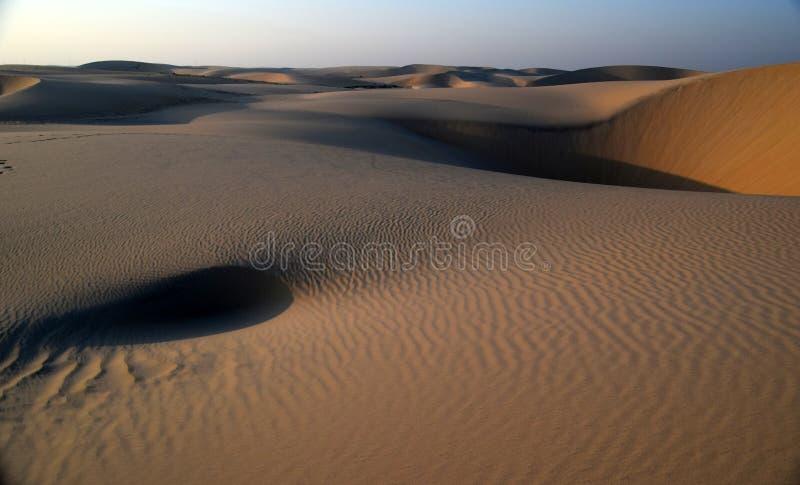 Η ομορφιά της αραβικών ερήμου και των κυματισμών που προκαλούνται από τους θερμούς ανέμους του στοκ φωτογραφία με δικαίωμα ελεύθερης χρήσης