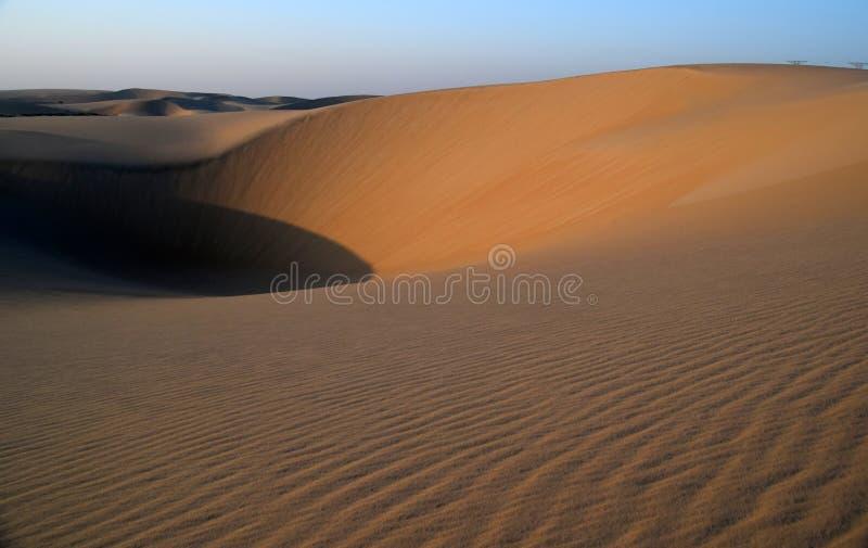 Η ομορφιά της αραβικών ερήμου και των κυματισμών που προκαλούνται από τους θερμούς ανέμους του στοκ εικόνα