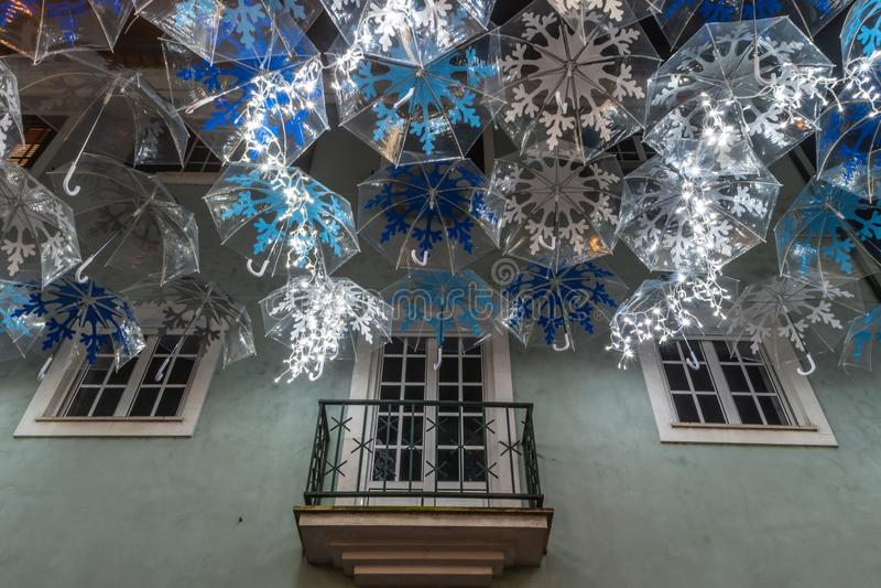 Η ομορφιά των άσπρων ομπρελών που φωτίζονται από τα φω'τα Χριστουγέννων που διακοσμούν τις οδούς Agueda Πορτογαλία στοκ φωτογραφίες