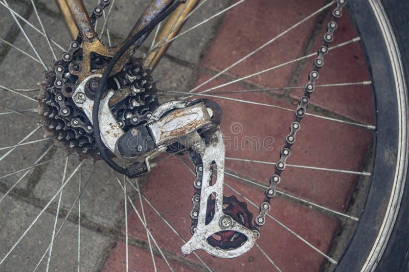 Η οπίσθια ρόδα του ποδηλάτου μετατόπιση εργαλείων στοκ εικόνα με δικαίωμα ελεύθερης χρήσης