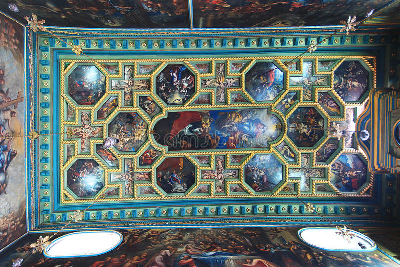 Η Ορθόδοξη Εκκλησία καλύπτεται με τα εικονίδια στοκ εικόνες