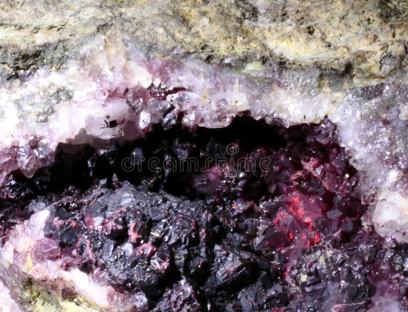 Η ορυκτή περίληψη Cinnabarite φαίνεται ακτινοβολώντας στοκ φωτογραφίες