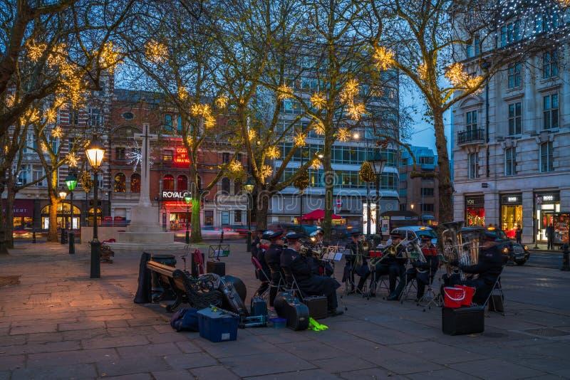 Η ορχήστρα πνευστ0ών από χαλκό Στρατού Σωτηρίας παίζει τη μουσική στο δούκα της πλατείας της Υόρκης μέσα στοκ φωτογραφία με δικαίωμα ελεύθερης χρήσης