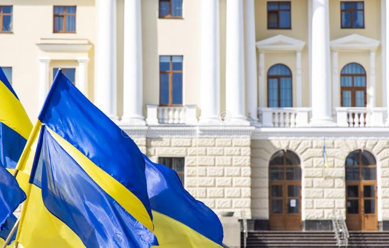 Η Ουκρανία θεωρεί την ανεξαρτησία της μπλε και κίτρινες σημαίες στην κεντρική εξωτερική πρόσοψη του κυβερνητικού κτιρίου με πόρτα στοκ φωτογραφίες