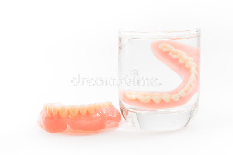 Η οδοντοστοιχία καθαρίζεται σε ένα ποτήρι του νερού κατάλληλη υγιεινή στοκ εικόνα με δικαίωμα ελεύθερης χρήσης
