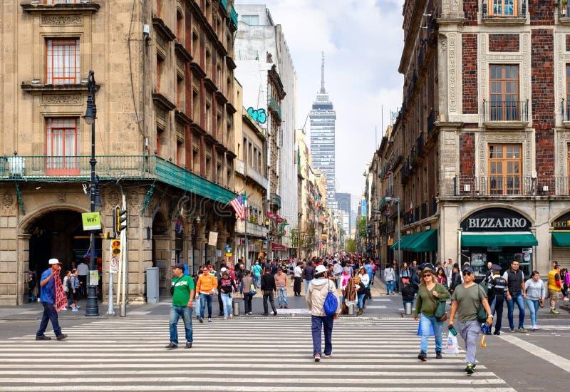Η πάντα πολυάσχολη λεωφόρος Madero στη στο κέντρο της πόλης Πόλη του Μεξικού στοκ εικόνες με δικαίωμα ελεύθερης χρήσης