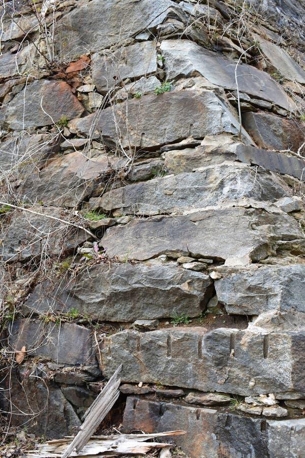 Η πέτρα περικοπών χεριών παρουσιάζεται σε ένα φράγμα ποταμών στοκ εικόνα