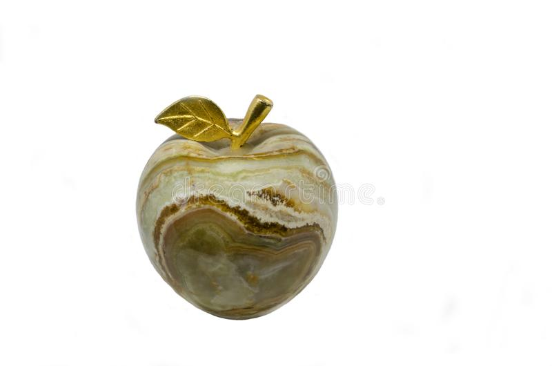 Η πέτρινη καφετής-άσπρη Apple του onyx με το χρυσό φύλλο στοκ φωτογραφίες