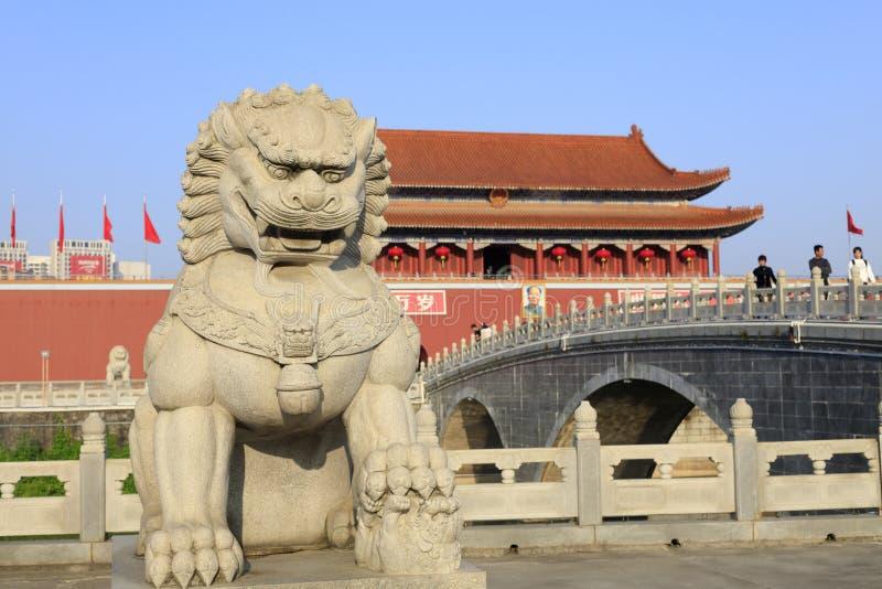 Η πέτρινη φρουρά στάσεων λιονταριών μπροστά από, πλίθα rgb στοκ φωτογραφίες με δικαίωμα ελεύθερης χρήσης