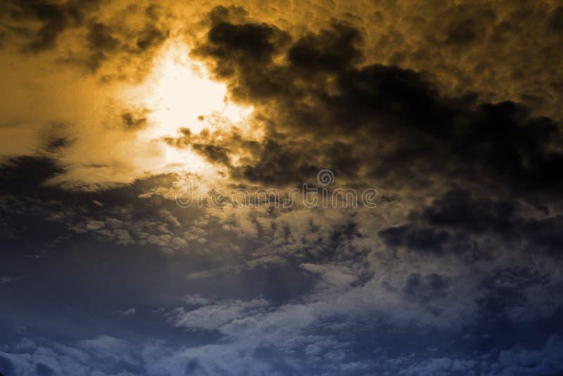 Η παγκόσμια αύξηση της θερμοκρασίας λόγω του φαινομένου του θερμοκηπίου, ο ουρανός του σκοτεινού σύννεφου επρόκειτο να βρέξει και στοκ εικόνα