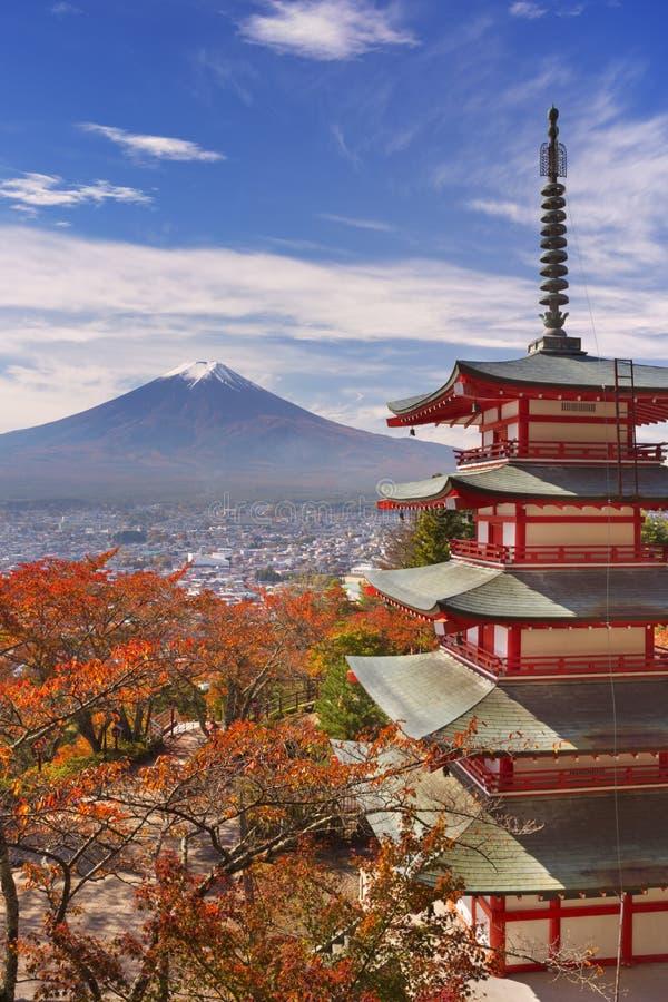 Η παγόδα Chureito και τοποθετεί το Φούτζι, Ιαπωνία το φθινόπωρο στοκ εικόνες
