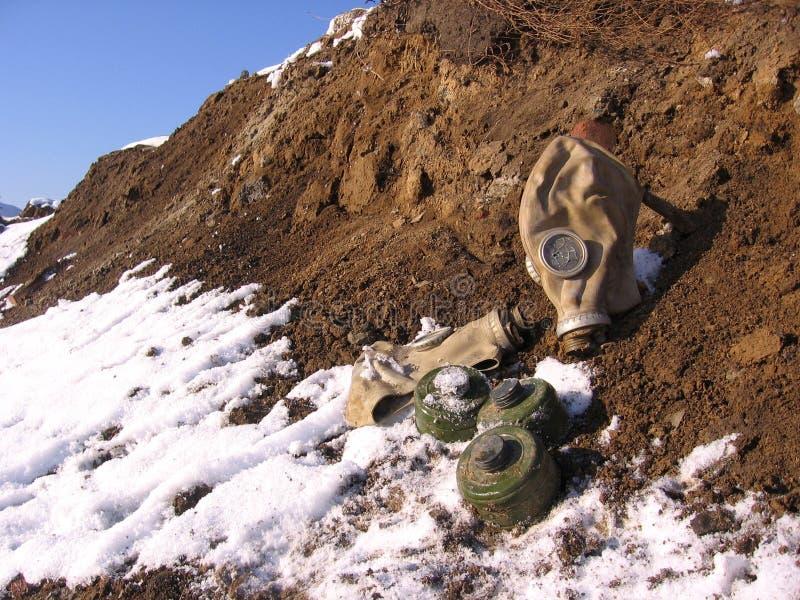 Η παλαιά απορριμμένη μάσκα αερίου βρίσκεται σπασμένη στο σωρό της γης στην απόρριψη στοκ εικόνες με δικαίωμα ελεύθερης χρήσης