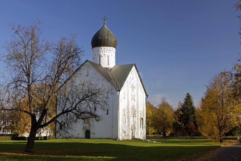Η παλαιά εκκλησία της μεταμόρφωσης μεταξύ των δέντρων φθινοπώρου ενάντια στο μπλε ουρανό novgorod Ρωσία στοκ εικόνα με δικαίωμα ελεύθερης χρήσης