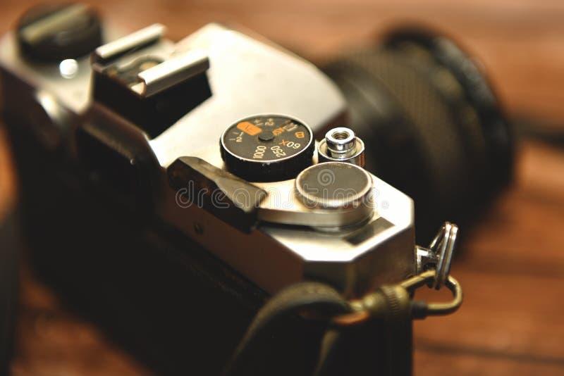 Η παλαιά κάμερα με το ασημένιο υλικό σιδήρου στοκ εικόνες
