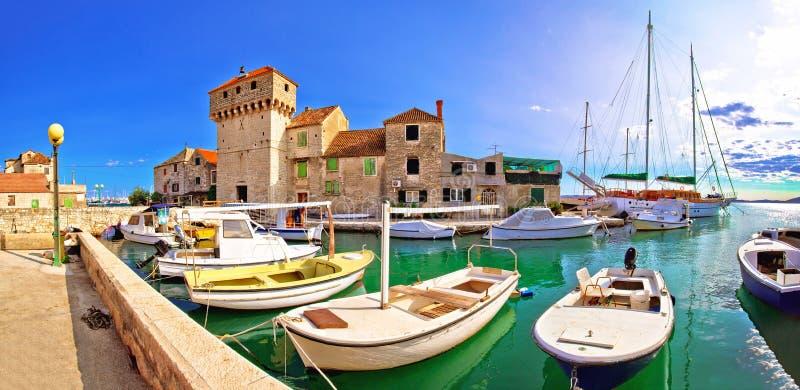 Η παλαιά πόλη νησιών Gomilica Kastel στη θάλασσα χώρισε πλησίον στοκ εικόνες με δικαίωμα ελεύθερης χρήσης