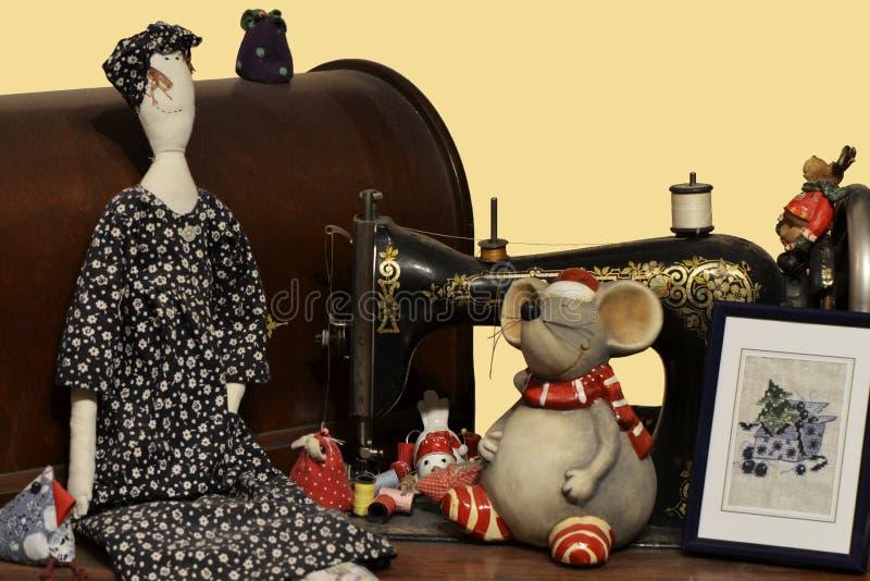 Η παλαιά ράβοντας μηχανή διακόσμησε με την κούκλα, ποντίκι και κέντησε την εικόνα στοκ εικόνες