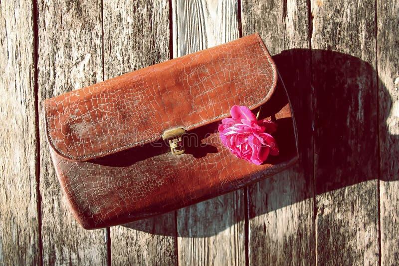 Η παλαιά τσάντα τσαντακιών δέρματος εκλεκτής ποιότητας με αυξήθηκε στοκ εικόνες