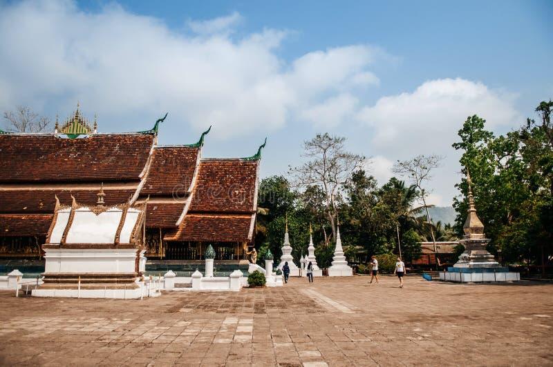 Η παλαιοί αίθουσα και ο ναός του Βούδα τακτοποιούν στο λουρί Wat Xieng, Luang Prabang - Λάος στοκ εικόνες