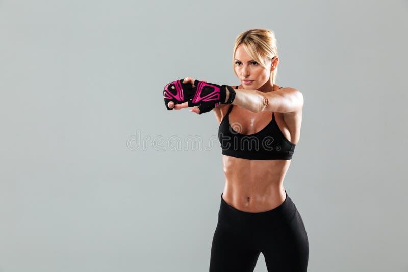 Η πανέμορφη νέα αθλήτρια κάνει τις αθλητικές ασκήσεις στοκ φωτογραφία