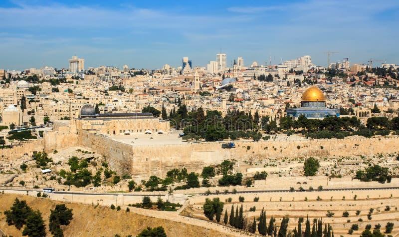 Η πανοραμική άποψη στην παλαιά πόλη της Ιερουσαλήμ και ο ναός τοποθετούν στοκ εικόνες με δικαίωμα ελεύθερης χρήσης