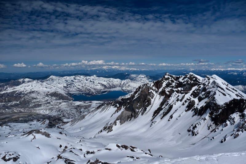 Η πανοραμική άποψη του κρατήρα του ST Helens υποστηριγμάτων με τη λίμνη πνευμάτων και τοποθετεί πιό βροχερό στην απόσταση στοκ εικόνα με δικαίωμα ελεύθερης χρήσης