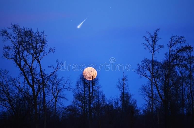 Αστέρι Panstarr κομητών στο μπλε ουρανό, πανσέληνος στοκ εικόνες