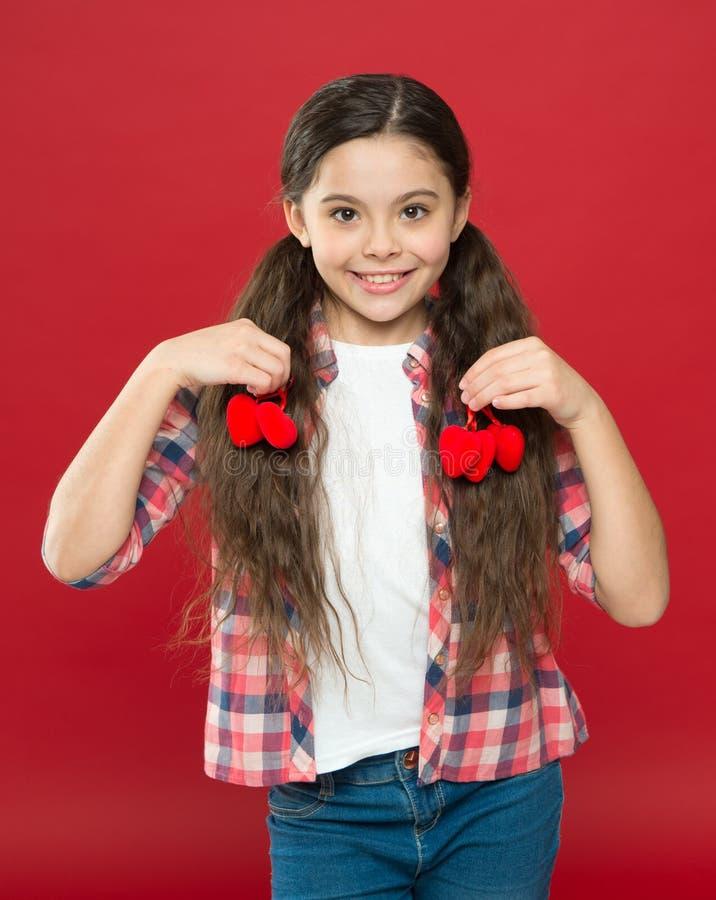 Η παράδοση γιορτάζει την ημέρα βαλεντίνων Ειλικρινής αγάπη να είστε ο βαλεντίνος μο& Οικογενειακή αγάπη Χαριτωμένο παιδί κοριτσιώ στοκ εικόνα